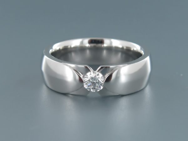 An elegant men's diamond engagement ring with curved inside profile for optimum comfort and a round premium quality brilliant cut diamond.